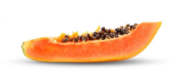 Stück reife papaya-frucht mit samen auf weiß