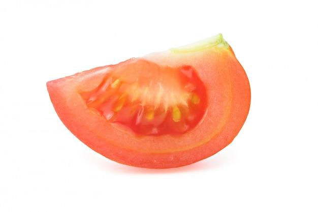 Stück rote tomate lokalisiert auf weißem hintergrund
