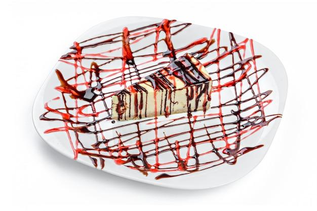 Stück schokoladenkäsekuchen auf einer weißen platte