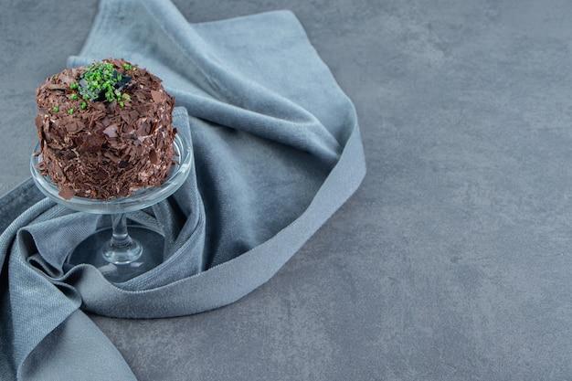 Stück schokoladenkuchen auf glasplatte.