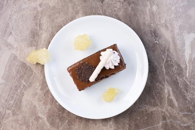 Stück schokoladenkuchen auf weißem teller.