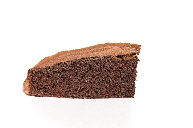 Stück schokoladenkuchen mit isoliert in weißem hintergrund