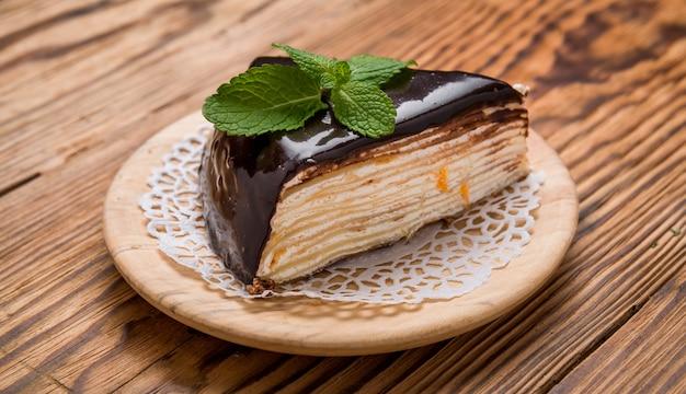 Stück schokoladenkuchen mit karamell