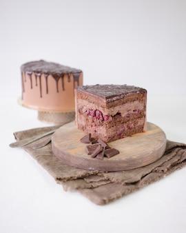 Stück schokoladenkuchen mit kirschgefühl und schokoladenganache.
