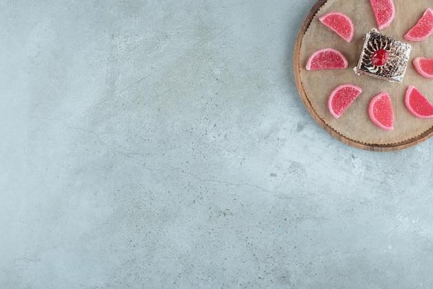 Stück schokoladenkuchen mit marmeladen auf holzteller. hochwertiges foto