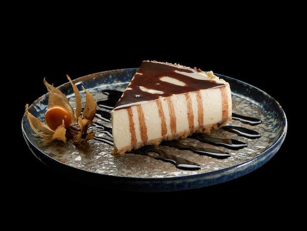 Stück schokoladenkuchen mit zuckerguss auf weißem lokalisiertem hintergrund