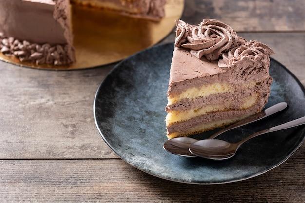 Stück schokoladentrüffelkuchen auf holztisch