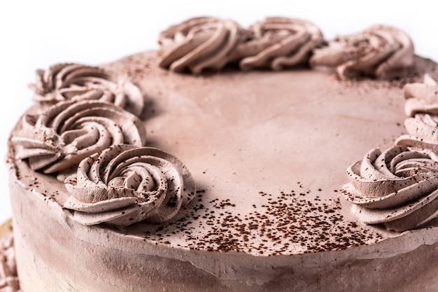 Stück schokoladentrüffelkuchen isoliert auf weißem hintergrund