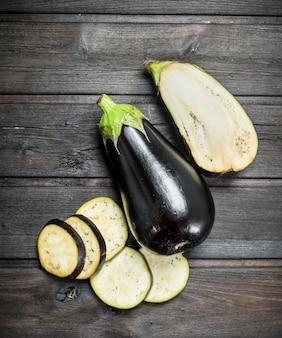Stücke der frischen aubergine auf holztisch
