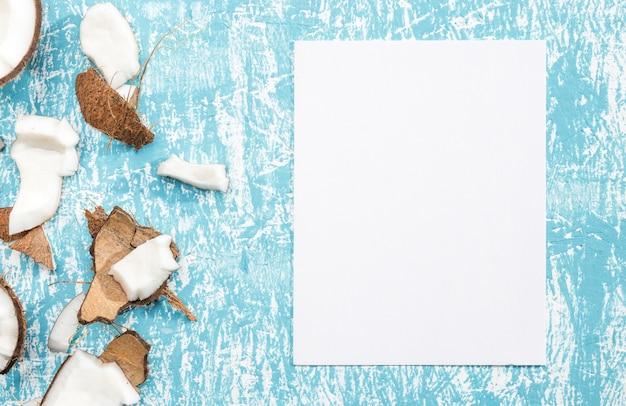 Stücke der kokosnuss mit weißbuch
