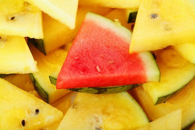 Stücke der roten und gelben wassermelone in einer platte.