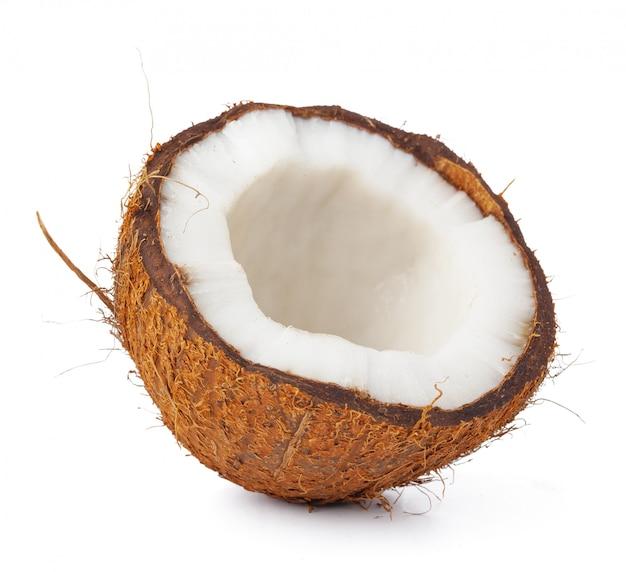 Stücke einer kokosnuss auf weißem hintergrund