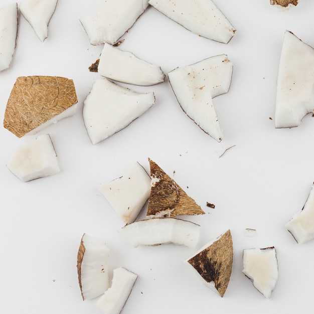Stücke gebrochene kokosnuss