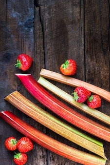 Stücke geschnittener rhabarber und erdbeeren