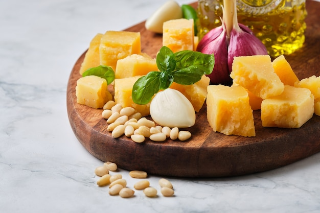 Stücke harter parmesankäse. köstlicher gereifter käse als vorspeise oder als eigenständiges gericht.