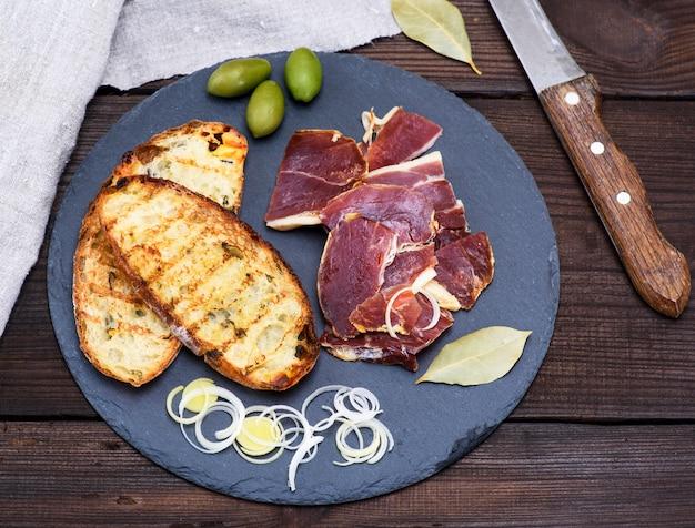 Stücke jamon und weißes gebratenes brot für ein sandwich
