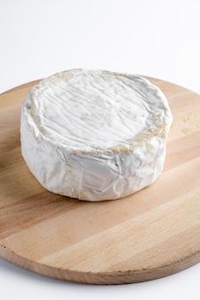 Stücke jcamembert-käse auf einem holzteller