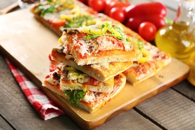Stücke köstliche pizza auf dem tisch, nahaufnahme