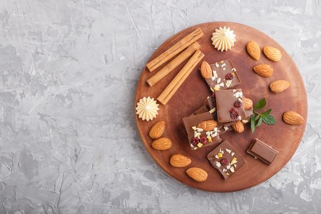 Stücke milchschokolade mit mandeln und trockenfrüchten