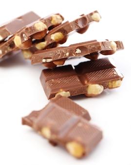 Stücke milchschokolade mit nüssen