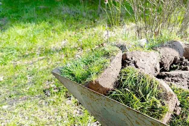 Stücke rasengras mit erdboden im stadtparkgarten oder hinterhofgarten-landschaftsbau