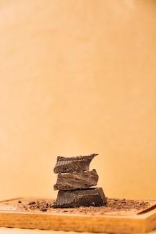 Stücke schokolade und schokolade kräuselt sich auf schneidebrett