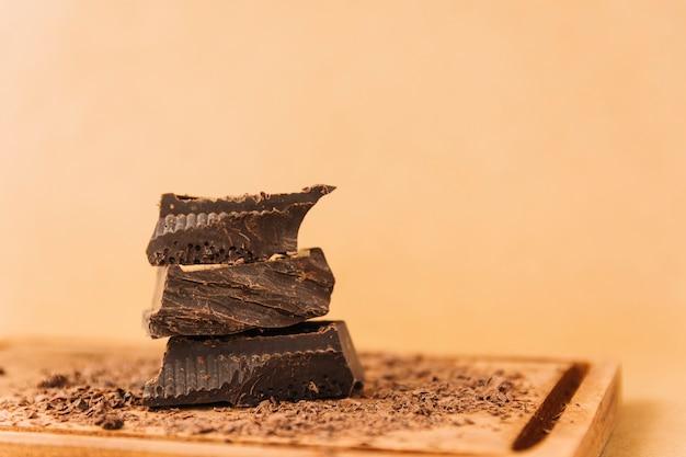 Stücke schokoladen- und schokoladensplitter auf hackendem brett