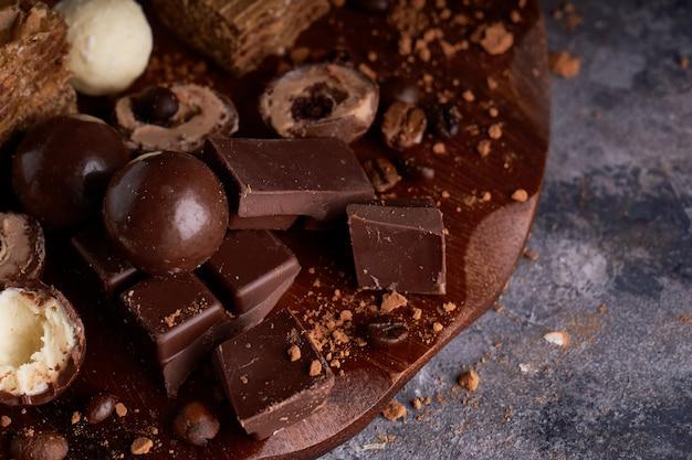 Stücke schwarzweiss-schokolade, schokoladen