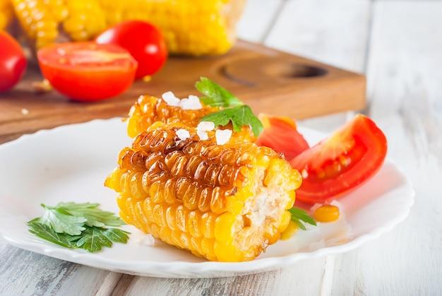 Stücke süßer mais gegrillt in der zinnfolie