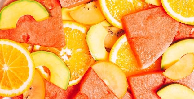Stücke tropischer früchte geschnitten und gestapelt