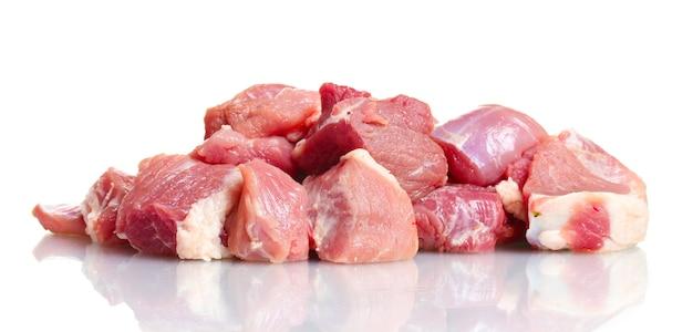 Stücke von rohem fleisch lokalisiert auf weiß
