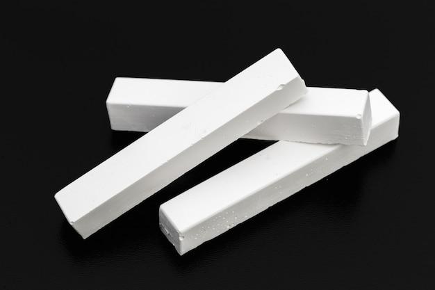 Stücke weiße kreide fotografiert über einer tafel