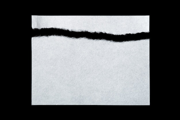 Stücke zerrissenes papier lokalisiert auf schwarz