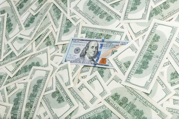 Stückelung von einhundert dollar. hintergrund von banknoten. dollar hintergrund