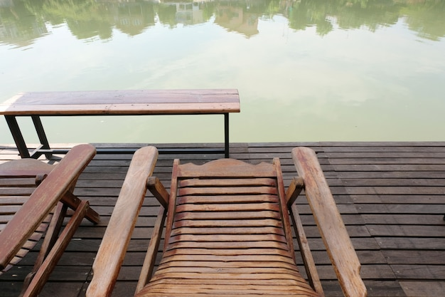Stühle am flussufer