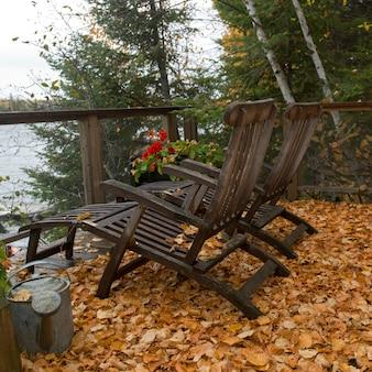 Stühle auf der terrasse, lake of the woods, ontario, kanada