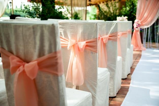 Stühle für eine hochzeitszeremonie