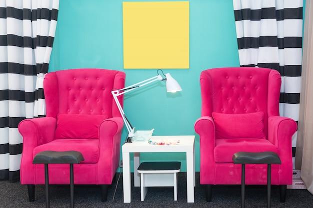 Stühle in einem pediküre-schönheitssalon. innenraum des leeren modernen nagelsalons. arbeitsplätze für meister der maniküre.