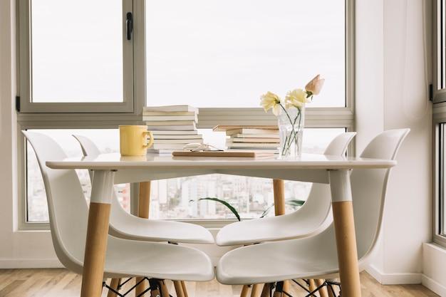 Stühle nahe tabelle mit büchern und dekorationen