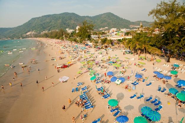 Stühle und regenschirm am patong setzen von der vogelperspektive, phuket, thailand auf den strand