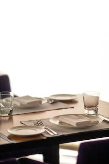 Stühle und tisch bereit zum servieren der mahlzeit