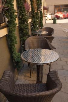 Stühle und tisch in der nähe des restaurants im winter dekoriert