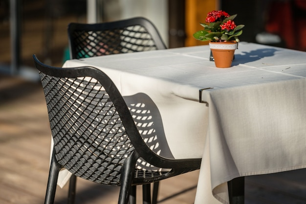 Stühle und tischcafés auf der außenterrasse