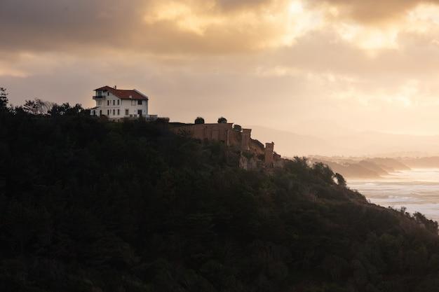 Stürmischer abend in bidart, direkt am meer, im baskenland.
