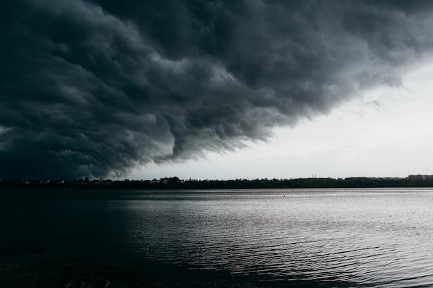 Stürmischer grauer himmel über dem see