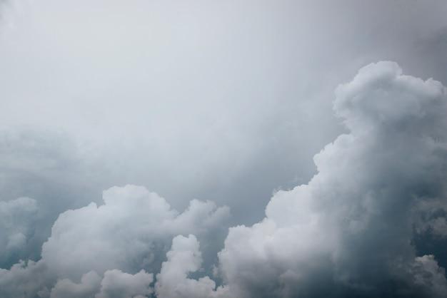 Stürmischer himmel, dunkelblaue graue wolken, dramatische himmelslandschaft. schlechtes wetter, der beginn eines gewitters. kopieren sie platz, platz für ihren text