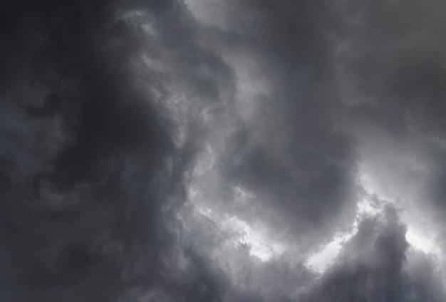 Stürmischer himmel mit dunklen wolken. dramatische wolkenlandschaft vor dem regen.