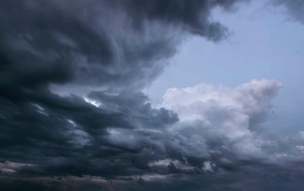 Stürmischer himmel mit grauen wolken vor dem regen. wettervorhersagekonzept.