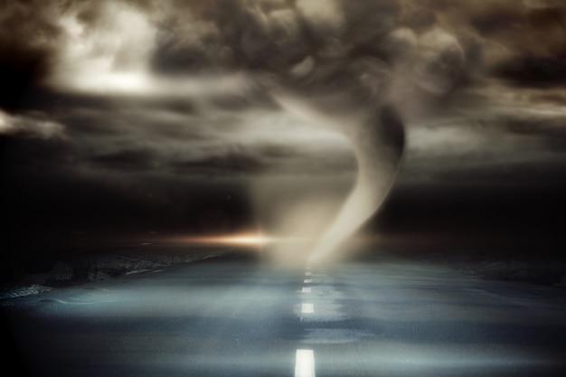 Stürmischer himmel mit tornado über straße