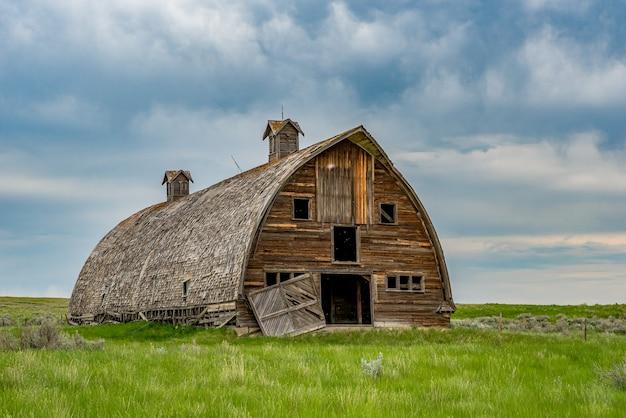 Stürmischer himmel über einer alten verlassenen präriescheune im ländlichen saskatchewan